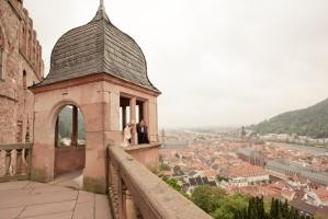 Bride and groom on the castle terrace (Photo: Michaela Janetzko)
