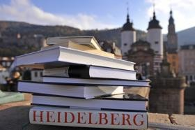 Stack of books on the Old Bridge (Photo: Dorn)