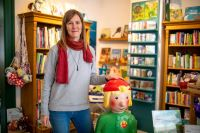 Viel Dankbarkeit und Freude über die Spende von Wolfgang Marguerre, auch bei Julia Sunderer von der Kinder- und Jugendbuchhandlung Murkelei in der Plöck. (Foto: Dittmer)