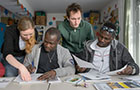Refugees taking a language course (Photo: Rothe)
