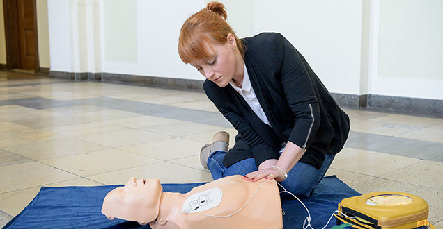 Anna Eberchart demonstrates how to use a public-access defibrillator in an emergency. (Foto: Rothe)