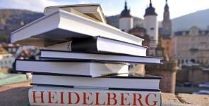 Stack of books in front of the Old Bridge. (Foto: Dorn)
