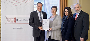 Heidelberg is presented with a certificate confirming its membership of the European Coalition of Cities against Racism (Photo: Rothe)